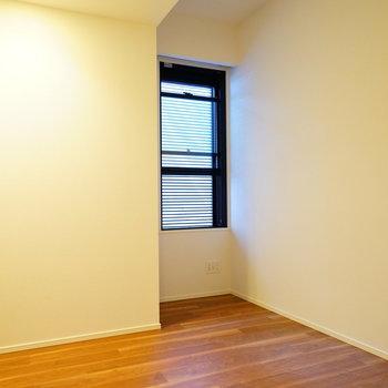 4.6帖の寝室。窓にはブラインド付き※写真は前回募集時のものです