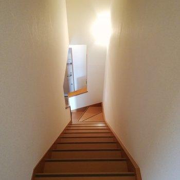 玄関左手の階段で2階へ