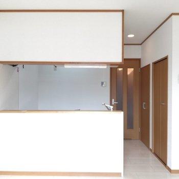 キッチン前の棚に、出来上がった料理をならべよう
