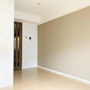 壁の色が一色違うのがオシャレ(※写真は3階の同間取り別部屋のものです)