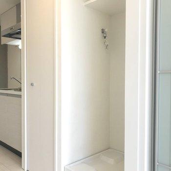 廊下に洗濯機。隣の扉は......※写真は前回募集時のものです