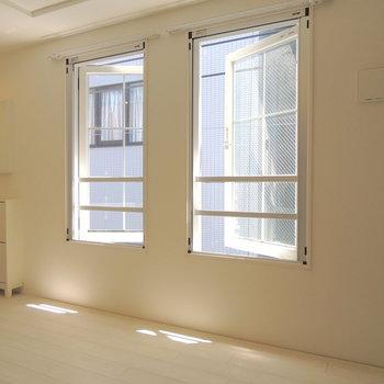 板チョコみたいな窓。※写真は前回募集時のものです