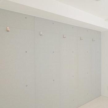 壁にはフックが5つ。何を掛けましょう?※写真は前回募集時のものです