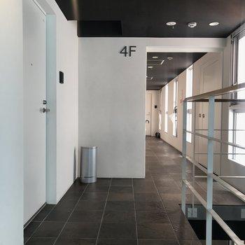 お部屋を出ると、かっこいい廊下が。