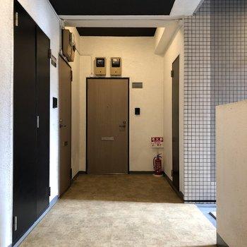 お部屋は左のドアから