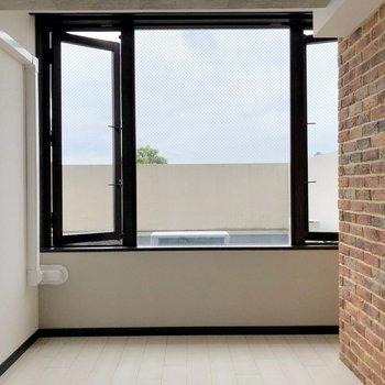 【洋室5.21帖】こちらにも大きな窓があります。開放感がありますね