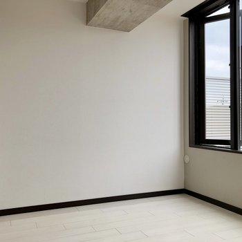 【洋室4.16帖】コンパクトですが窓が大きいので圧迫感は感じません