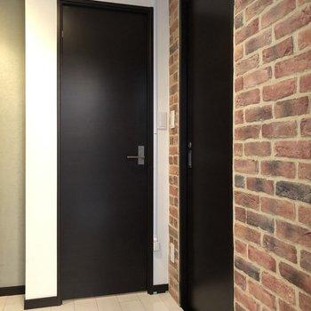 玄関へ向かうと2つのドアがあり、右側には……