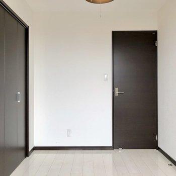 【洋室5.21帖】反対側から。シックなドアが映えます