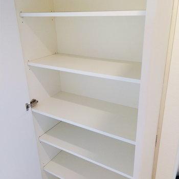 キッチン手前にも収納棚が。バス用品などに。※写真は12階の反転間取り別部屋のものです