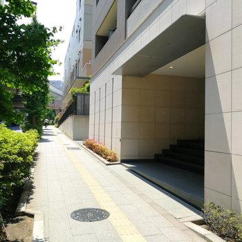建物エントランスは大通り沿いに。帰り道も安心感ありますね。