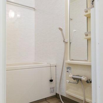お風呂は白で統一。こまめに掃除した方が良さそうです。※写真は12階の反転間取り別部屋のものです