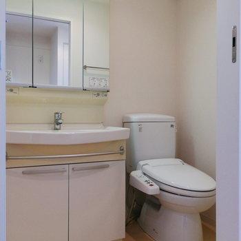 脱衣スペースには洗面台とトイレが並ぶことに。※写真は12階の反転間取り別部屋のものです