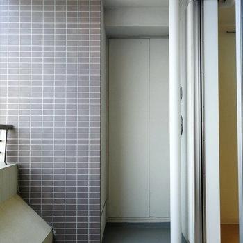 ベランダは幅があります。植物を育てるのに良いスペースも。※写真は12階の反転間取り別部屋のものです