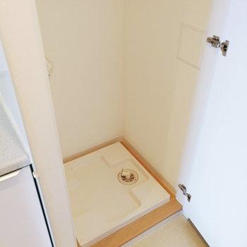 キッチンのすぐ隣に洗濯機置き場があります。※写真は12階の反転間取り別部屋のものです