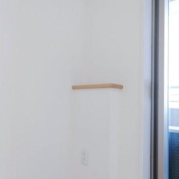 コンセントもあるので、この側にベッドを置くと充電やライトに便利。※写真は12階の反転間取り別部屋のものです