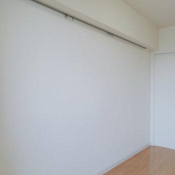 一辺にはピクチャーレールが備わっています。※写真は12階の反転間取り別部屋のものです