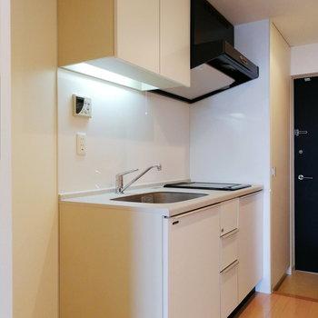キッチンは白を基調に。食器をカラフルにしたくなる。※写真は12階の反転間取り別部屋のものです