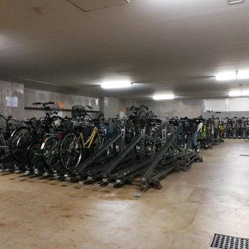 駐輪場・バイク置き場は地下にあります。