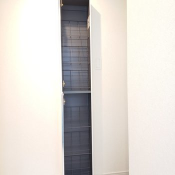 縦に6スペースあります※写真は3階の同間取り別部屋のものです