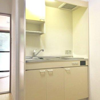キッチンは1口IHです※写真は前回募集時のもの・家具はサンプルです
