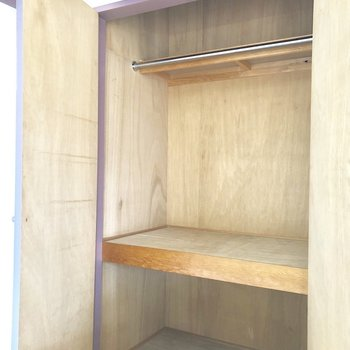 居室のクローゼット。少し古い感じですが収納力は充分ありますね※写真は前回募集時のもの・家具はサンプルです