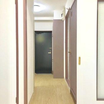 居室から水回りへ。※写真は前回募集時のもの・家具はサンプルです