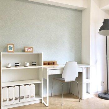 水色のアクセントクロス、ホワイトの家具が映えますね◎※写真は前回募集時のもの・家具はサンプルです