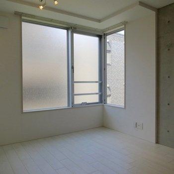 正面はマンションがあるのでスモークガラスです※写真は3階の同間取り別部屋のものです