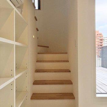【下階】上の階へ。ツートーンの階段ステップが素敵。