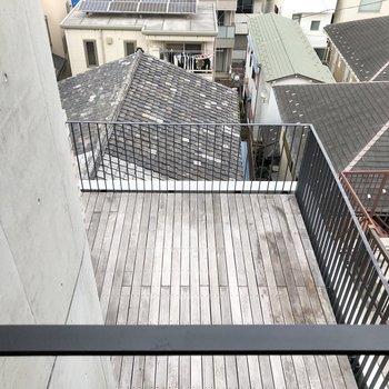 【上階5.3帖】目線を下にやるとテラスが見えました。