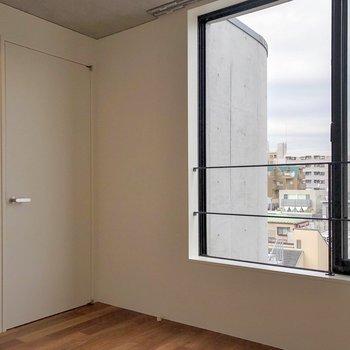 【上階5.3帖】大きな窓があり、気持ちいいですよ。