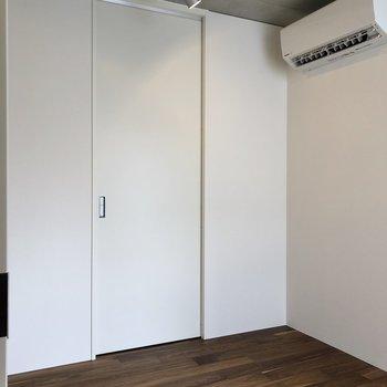 【上階4.2帖】スライドドアを開けましょう。