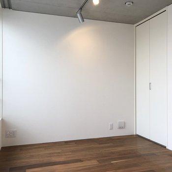 【上階5.3帖】下の階とは床の色が異なりますね。