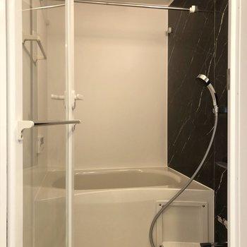 【下階】ゆったり浸かれそうなお風呂です。