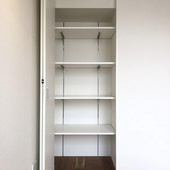 【上階5.3帖】高さを変えられる収納棚がありました。