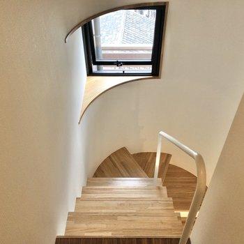 曲線が素敵な階段です。窓は換気も可能。