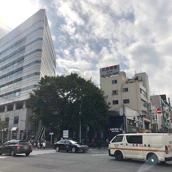 広尾駅前は交通量が多く、賑わいがあります。