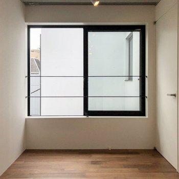 【上階4.2帖】大きな窓がついています。