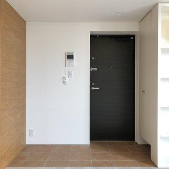 【下階】広々玄関スペース。