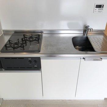 【下階】カットスペースもある2口ガスコンロのキッチン。