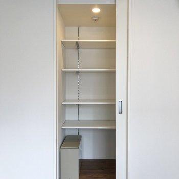 【上階4.2帖】こちらも可動式の棚です。