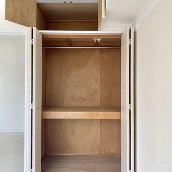【洋室】棚を使って工夫すれば、十分入りそう。
