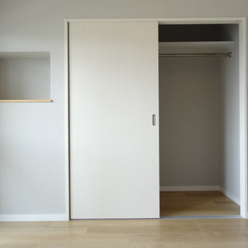 クローゼットには収納グッズを入れてもいいかも!飾り棚には何飾る?