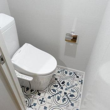 ウォシュレット付きのトイレ。フラットな便器は掃除しやすそう!床もカワイイ♡
