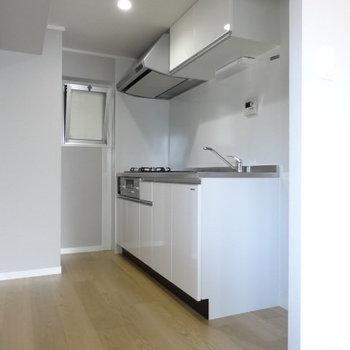 真っ白なキッチンが爽やか。横には冷蔵庫。後ろに食器棚も置けそう◎横の窓も助かる♪