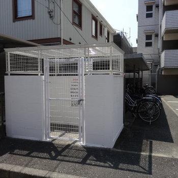 ゴミ置場も敷地内に。自転車置き場もありますよ◎