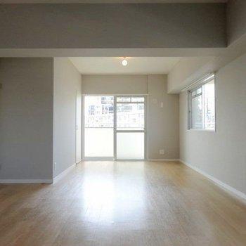 角部屋で2面窓。ライトグレーの壁が素敵。
