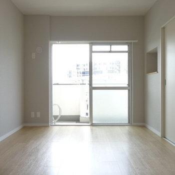 こちらは洋室。柔らかい光がたっぷり射し込みます。