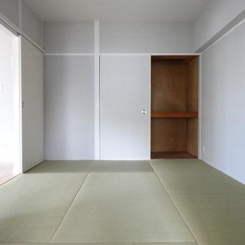 6帖の和室。奥の収納は押し入れ式。布団やおもちゃもたっぷりしまえる◎